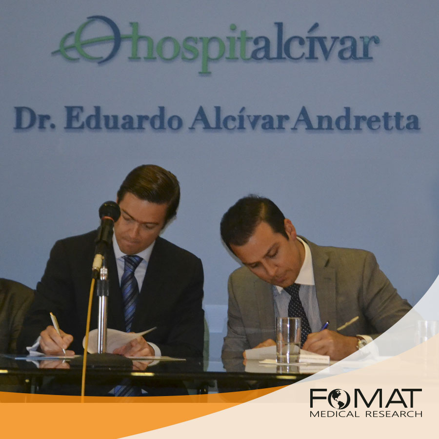 Raúl Alcívar, Hospital Alcivar General Manager, and Nicholas Focil, FOMAT General Manager, signing the agreement during the inauguration of the XXVII Medical Congress