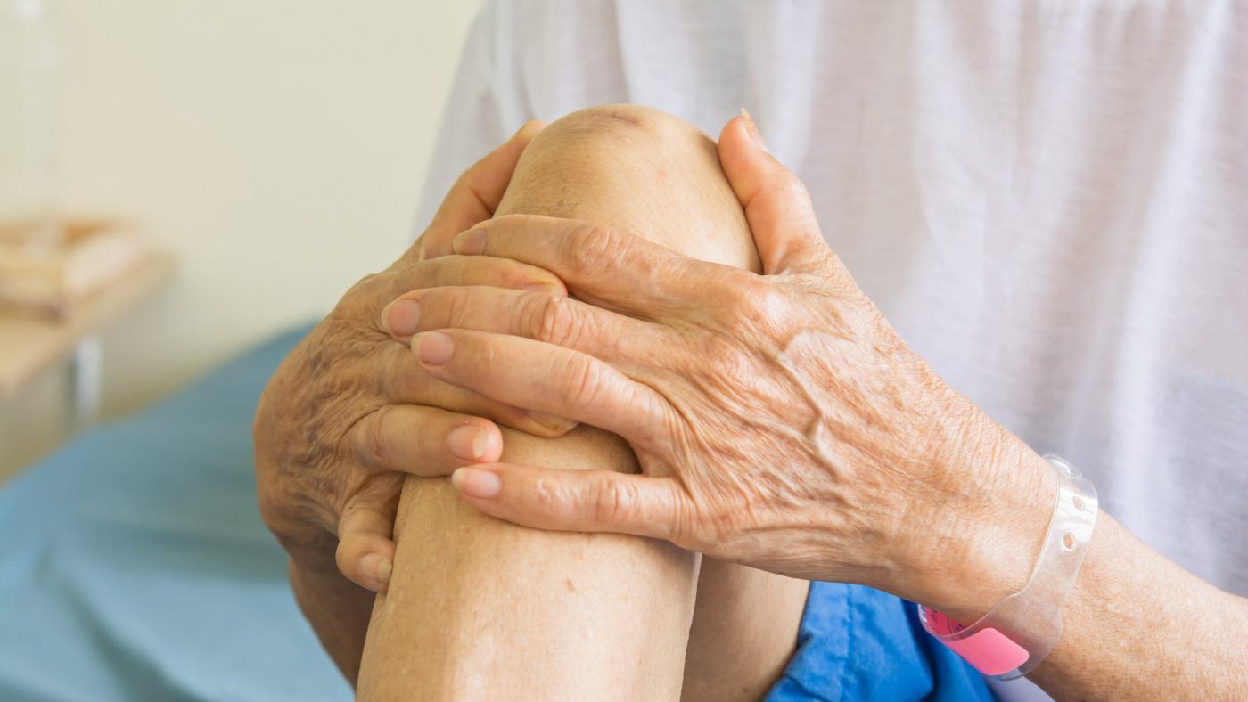 knee-pain-old-women
